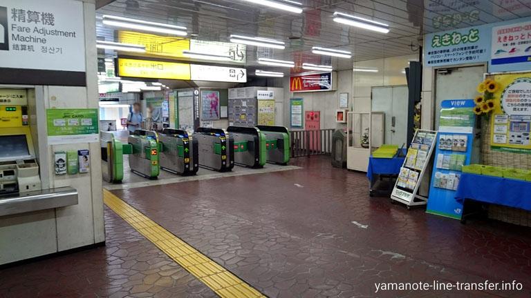 西日暮里駅 出口改札の写真